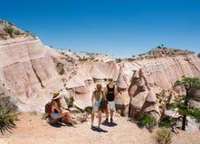 Familj på att fotvandra tur i härliga berg Arkivfoton