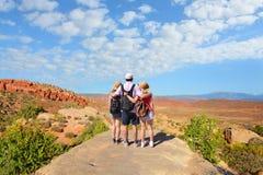 Familj på att fotvandra tur i härliga berg Royaltyfria Bilder