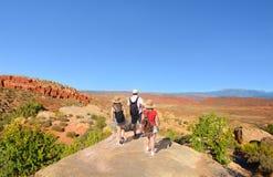 Familj på att fotvandra tur i härliga berg Arkivfoto