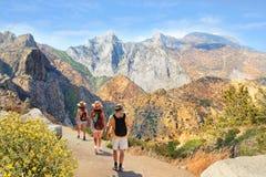 Familj på att fotvandra tur i höga berg Fotografering för Bildbyråer