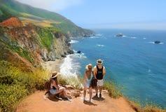 Familj på att fotvandra tur som överst vilar av berget Royaltyfri Fotografi