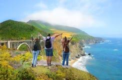 Familj på att fotvandra tur som tycker om härliga sommarberg, kust- landskap, Arkivbilder