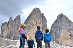 Familj på bergskedja Arkivbild