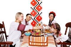 Familj på den festliga påsktabellen Arkivbilder