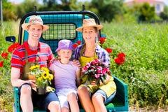 Familj på den ljusa lastbilen med blommor Arkivfoton