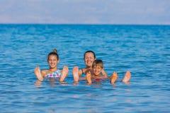 Familj på det döda havet, Israel Royaltyfri Fotografi