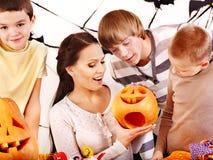 Familj på det Halloween partit med barn. Royaltyfria Foton