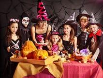 Familj på det Halloween partit med barn. Arkivfoton