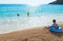 Familj på det Ionian havet för sommar Arkivbild