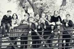 Familj på en bro royaltyfri fotografi