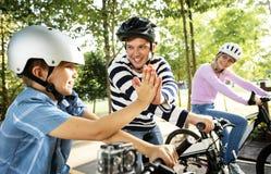 Familj på en cykelritt i parkera royaltyfri bild