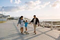 Familj på en dag ut nära havet arkivfoton