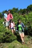 Familj på en fotvandra dag i berg Arkivbilder