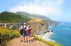 Familj på en fotvandra tur som ser härlig sikt Fotografering för Bildbyråer