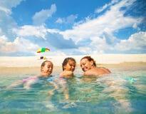 Familj på en härlig strand royaltyfri fotografi