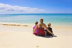 Familj på en härlig strandsemester Royaltyfri Bild