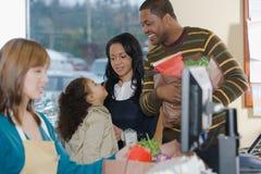 Familj på en kassalåda Arkivfoton