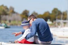 Familj på en marinaskeppsdocka Royaltyfri Fotografi