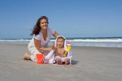 Familj på en strand royaltyfri foto