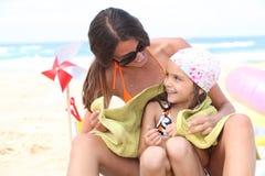 Familj på en strand Royaltyfri Fotografi