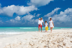 Familj på en tropisk strandsemester Royaltyfri Foto