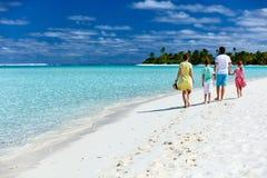 Familj på en tropisk strandsemester royaltyfria bilder