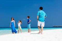 Familj på en tropisk strandsemester Arkivbild