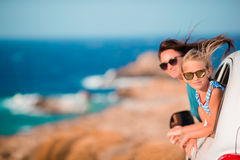 Familj på europeiskt semesterlopp för sommar med bilen arkivfoto