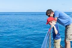 Familj på fartyget arkivbild