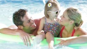 Familj på ferie i simbassäng lager videofilmer