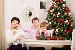 Familj på ferietabellen Träd nytt år arkivbild
