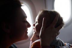 Familj på flygplanet fotografering för bildbyråer
