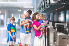 Familj på flygplatsen royaltyfri foto