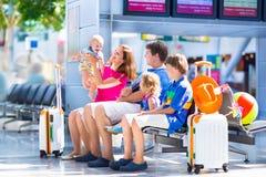 Familj på flygplatsen fotografering för bildbyråer