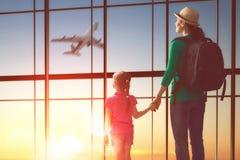 Familj på flygplatsen royaltyfri fotografi