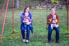 Familj på gungauppsättning Arkivbilder