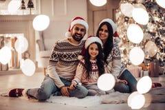 Familj på helgdagsafton för ` s för nytt år fotografering för bildbyråer