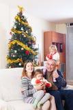 Familj på jul arkivfoto