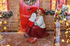 Familj på julhelgdagsafton fotografering för bildbyråer
