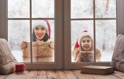 Familj på julhelgdagsafton royaltyfri foto