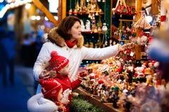 Familj på julmarknaden Xmas-vintermässa royaltyfria bilder