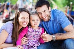 Familj på lekplats Fotografering för Bildbyråer