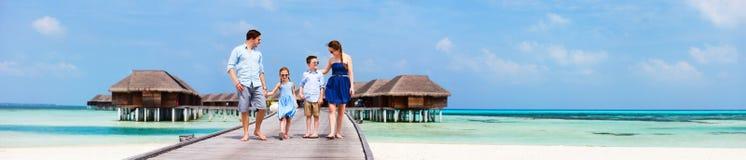 Familj på lyxig strandsemester royaltyfria bilder