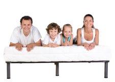Familj på madrassen Arkivfoto