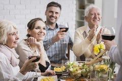 Familj på matställetabellen arkivbild