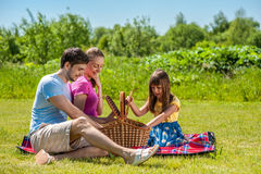Familj på picknick royaltyfria foton