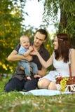 Familj på picknicken Royaltyfria Foton