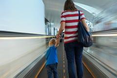 Familj på röra rulltrappa Arkivbilder