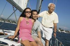 Familj på segelbåten arkivbild
