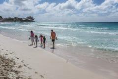 Familj på semester i Barbados Arkivbilder